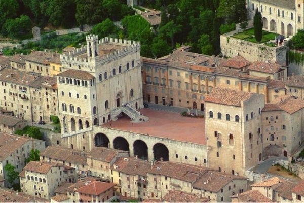 farmhouse Gubbio - Piazza Grande square