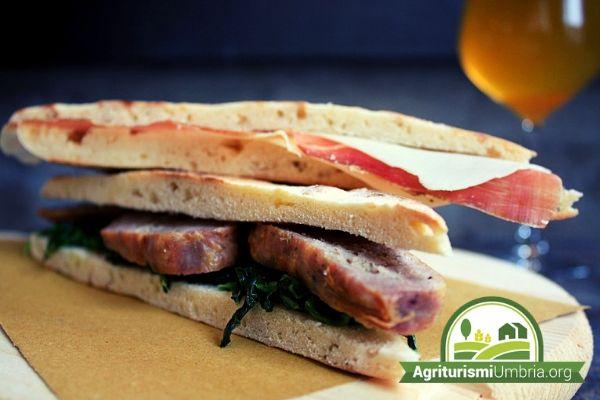 Agriturismo Valfabbrica - torta al testo o crescia - piatto tipico dell'Umbria