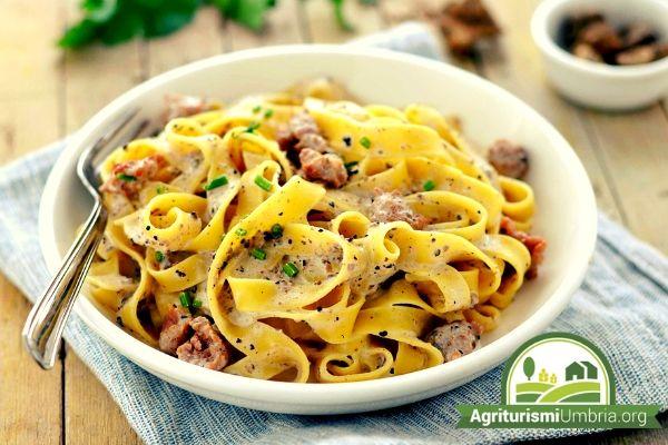 Piatti tipici degli agriturismi Umbria - pasta alla norcina